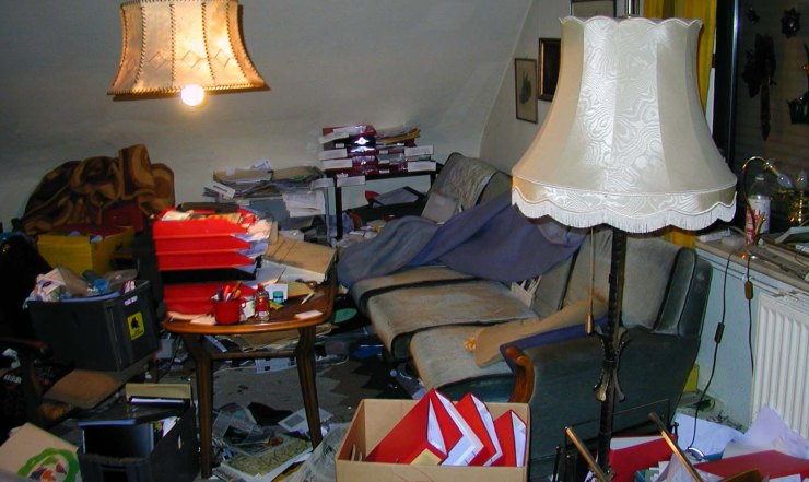 """Apartment of a compulsive hoarder (""""Messie Syndrome"""") © Maschinenjunge CC BY-SA 3.0, via Commons (Messi_Wohnraum.jpg), cropped by G. Hagedorn"""